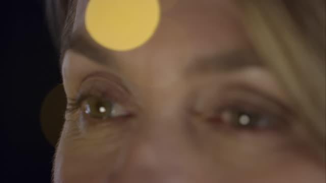 pensoso donna d'affari in piedi davanti alla finestra - decidere video stock e b–roll