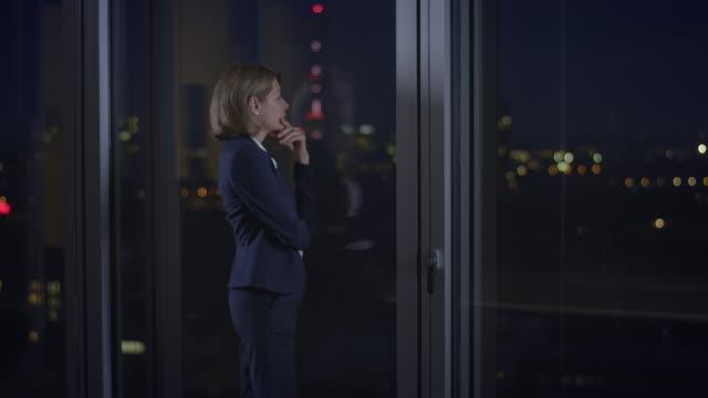 Nachdenklich Geschäftsfrau vor Fenster