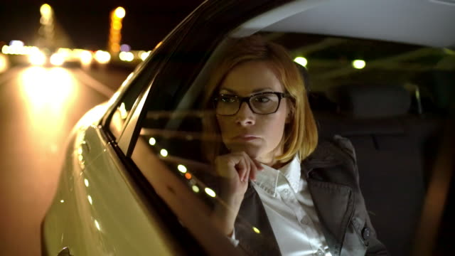 ms businesswoman pensive utilizzando un tablet sul sedile posteriore di un taxi - reflection video stock e b–roll
