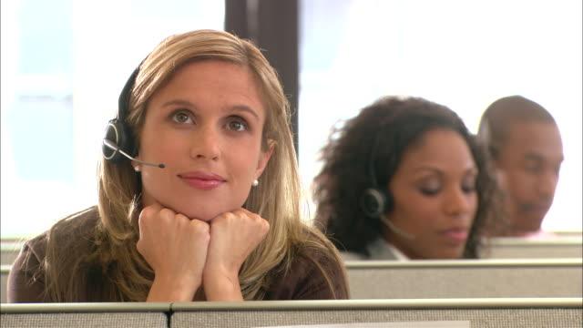 vídeos y material grabado en eventos de stock de cu, pensive female customer service representative resting in office cubicle - mano en la barbilla