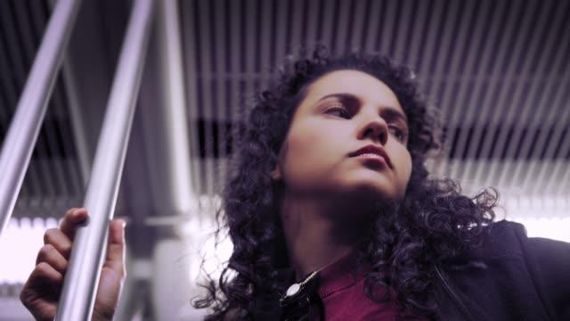vídeos y material grabado en eventos de stock de pensativa mujer joven hispana viajando en el tren o el metro - madrid