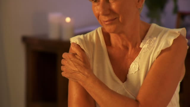 stockvideo's en b-roll-footage met hd dolly: pensive senior woman - weduwe