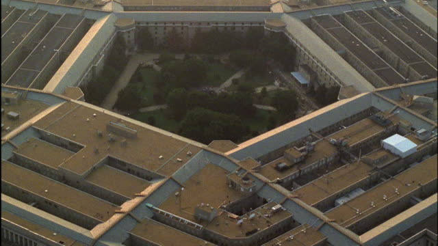 aerial pentagon building, arlington, virginia, usa - ministero della difesa video stock e b–roll