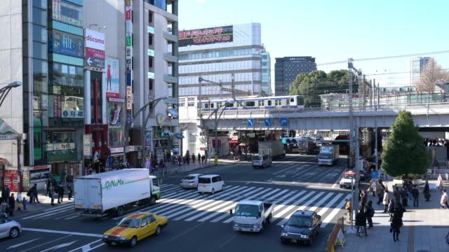 上野駅の前の道を渡る人々 - パン効果点の映像素材/bロール