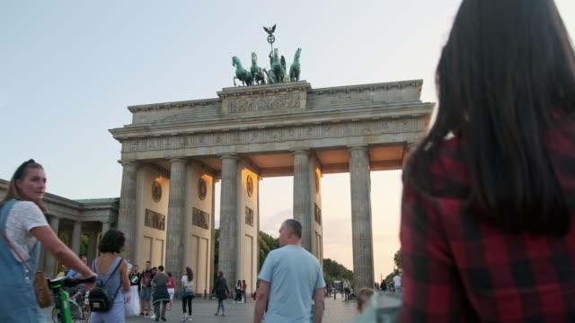 stockvideo's en b-roll-footage met mensen bewonderen en wandelen rond de brandenburger tor, duitsland - berlin mitte