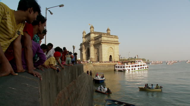 ws people and boats in sea at gate way of india / mumbai, maharashtra, india - besichtigung stock-videos und b-roll-filmmaterial