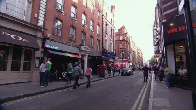 ws pan people and cabs in brewer street, soho, london, uk - butiksskylt bildbanksvideor och videomaterial från bakom kulisserna