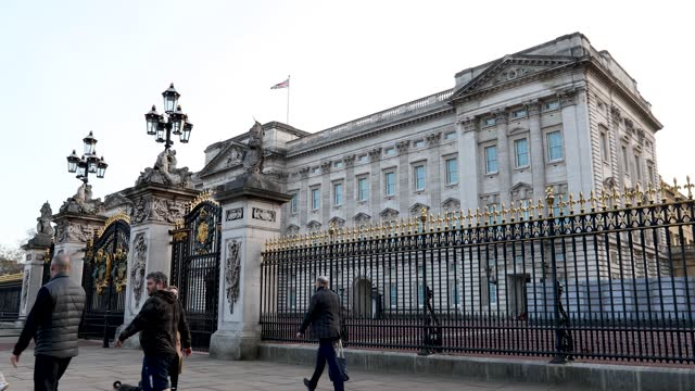 people and cars pass buckingham palace following meghan markle & prince harry's interview with oprah on march 09, 2021 in london, england. - incidental people stock videos & royalty-free footage