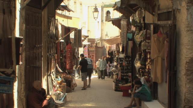 ws people and donkey in medina, fez, morocco - モロッコ文化点の映像素材/bロール