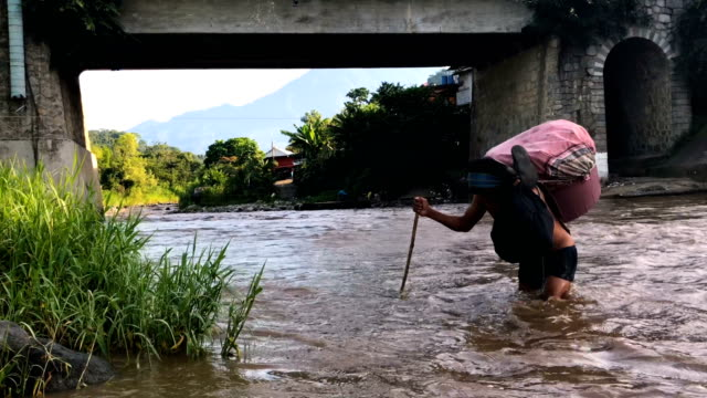 vídeos y material grabado en eventos de stock de people and goods cross the suchiate river from guatemala into mexico on august 9 2018 in talisman mexico the illegal crossing point is located just... - américa central