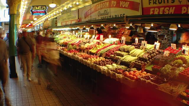 t/l ws people and market stalls in pike place market, seattle, washington, usa - mercato di prodotti agricoli video stock e b–roll