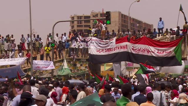 vídeos de stock, filmes e b-roll de people and military protesting in khartoum as they call for former leaders to be held to account for their crimes in sudan - sudão