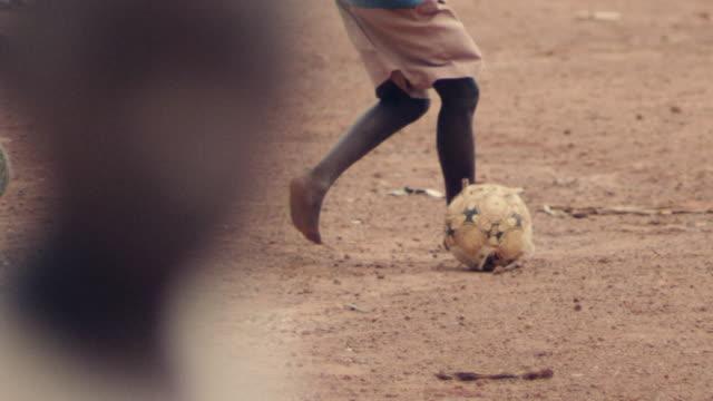 vídeos y material grabado en eventos de stock de people and places of kampala, uganda - descalzo