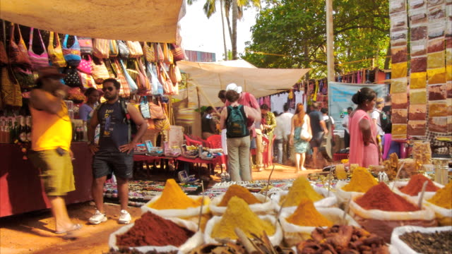 t/l people and spices in spice market, anjuna, goa, india - gewürz stock-videos und b-roll-filmmaterial