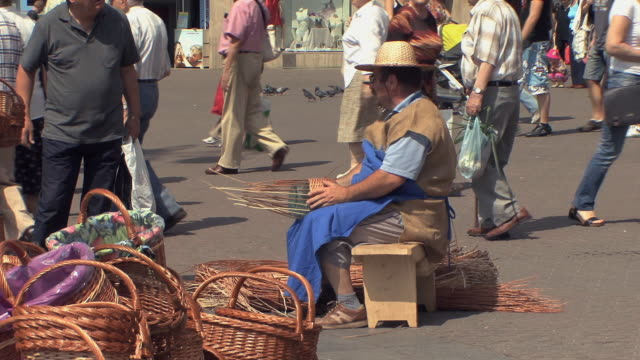 ws people and stalls during summer fair in zagreb's main square / zagreb, croatia - korb stock-videos und b-roll-filmmaterial