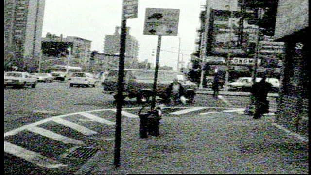 vídeos de stock, filmes e b-roll de people and street scenes in nyc on super 8 bw film - williamsburg new york