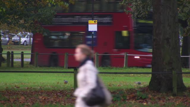 vidéos et rushes de people and traffic in a london park - lambeth