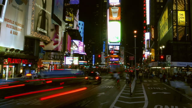 vidéos et rushes de  t/l people and traffic in times square at night / new york, ny, united states - carrefour
