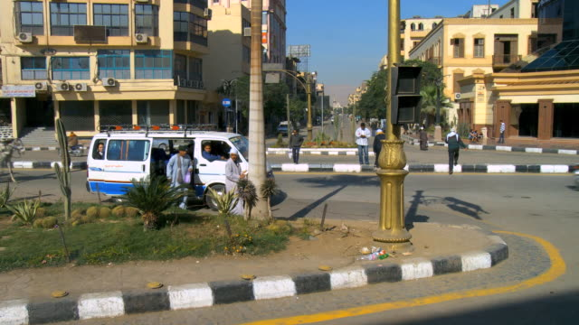 ws people and traffic on street with building / luxor, egypt - arbeitstier stock-videos und b-roll-filmmaterial