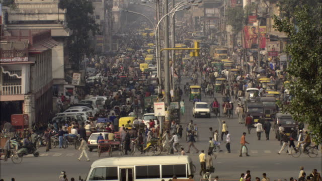 ha ws t/l people and traffic passing on busy street/ delhi, india - 人口爆発点の映像素材/bロール
