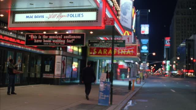 vídeos de stock, filmes e b-roll de ms people and vehicles traffic at street - escrita ocidental