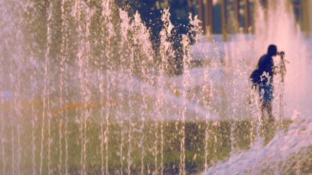 vidéos et rushes de fontaine de personnes et de l'eau dans le parkbangkok. - eau potable