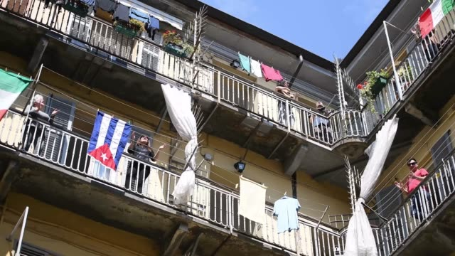 """stockvideo's en b-roll-footage met people applaud and sing on their balconies during the flashmob during liberation day celebrations on april 25, 2020 in turin, italy. flashmob """"bella... - balkon"""