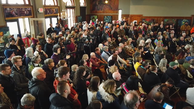 stockvideo's en b-roll-footage met people applaud for democratic presidential candidate sen bernie sanders during a campaign event at la poste january 26 2020 in perry iowa a new york... - presidentsverkiezing