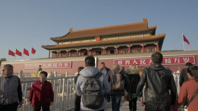 vídeos y material grabado en eventos de stock de people approaching entrance to gate of heavenly peace, forbidden city, unesco world heritage site, beijing, china, asia - puerta de la paz celestial de tiananmen
