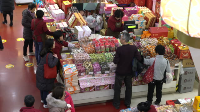 people are choosing traditional pastries and snacks in shanghai no.1 food department store. - 百貨店点の映像素材/bロール