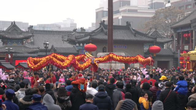 people are crowded to watch the dancing dragon performance dancing dragon lanterns is a traditional celebrating performance on temple fair - drache stock-videos und b-roll-filmmaterial