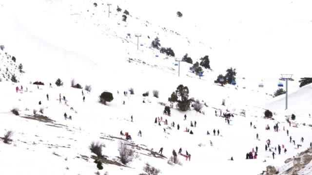 vídeos y material grabado en eventos de stock de la gente se divierte en la estación de esquí de nikfer bozdag en denizli - tobogan