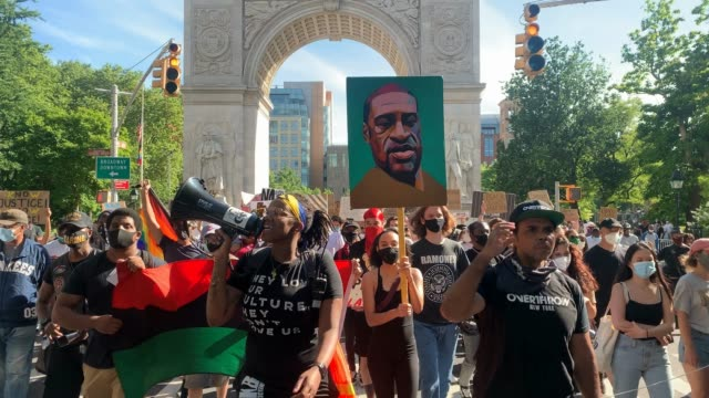 stockvideo's en b-roll-footage met people are led in a chant saying george floyd say his name as they pass under washington square arch holding a painted image of george floyd as... - chanten