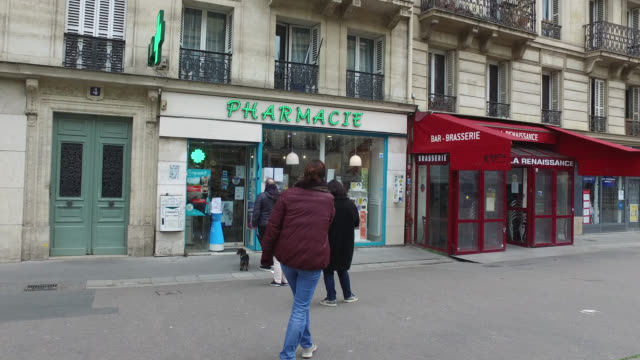 vidéos et rushes de people are queueing with a meter distance between them in front of a pharmacy on boulevard du temple, 75011 paris. president macron announced on... - file d'attente