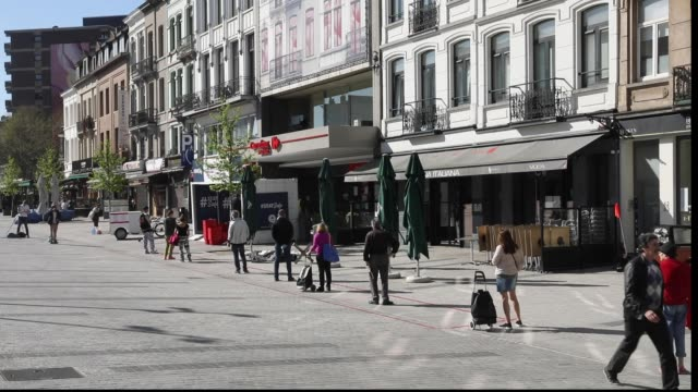 vidéos et rushes de people are queuing in front of a supermarket in 'place jourdan' during the coronavirus pandemic on april 11 2020 in brussels belgium on friday april... - épidémie