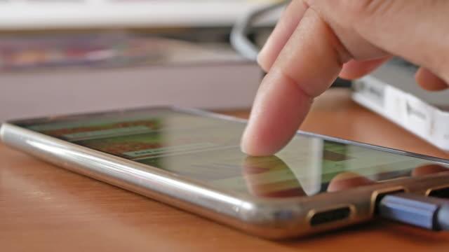 menschen nutzen ihr smartphone zum sozialen netzwerk-anwendungen anzeigen. - menschlicher finger stock-videos und b-roll-filmmaterial