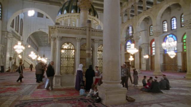 vídeos y material grabado en eventos de stock de ws, people around john the baptist's shrine in grand mosque, damascus, syria - alfombra de oración