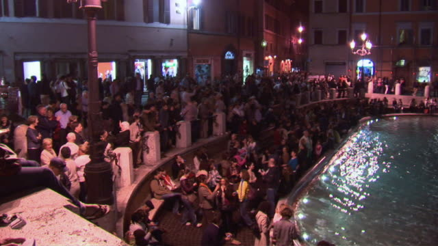 stockvideo's en b-roll-footage met pan people around the trevi fountain at night / rome, italy - breedbeeldformaat