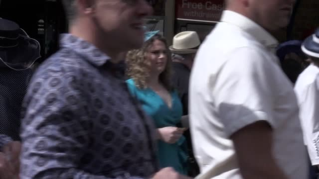 people arrive at ascot train station ahead of ladies day at royal ascot. the third day of the races will feature the gold cup, the britannia stakes... - イギリス アスコット競馬場点の映像素材/bロール