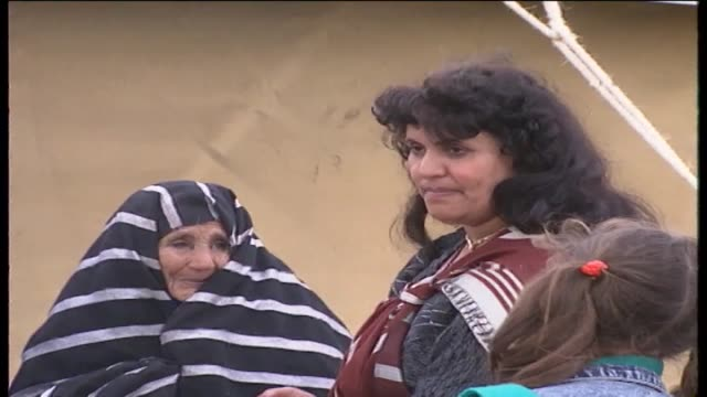 vidéos et rushes de people arriving at gaddafi's desert retreat, friends and family members including his wife safia leave his tent / safia, women, some in traditional... - étamine
