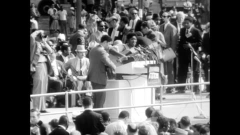 vidéos et rushes de / people arriving at march, odetta singing 'i'm on my way' / crowds and people holding signs. odetta performing at the march on washington on august... - 1963