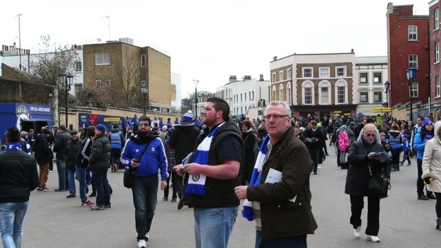 people arriving at stamford bridge home to chelsea fc before the barclays premier league match between chelsea and west bromwich albion at stamford... - スタンフォードブリッジ点の映像素材/bロール