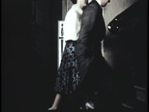 stockvideo's en b-roll-footage met 1955 montage ms zo people arriving at theatre, actors preparing in dressing room / new zealand / audio - kleedkamer coulissen