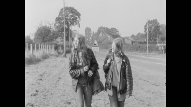 people arriving for the first glastonbury festival the blues festival, at worthy farm, pilton, somerset - 出来事の発生点の映像素材/bロール