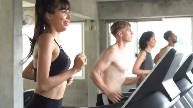 die leute in einem fitness-center laufen. gruppe von freund auf dem laufband-training gesucht. gesunder lebensstil. - in bodenhöhe stock-videos und b-roll-filmmaterial