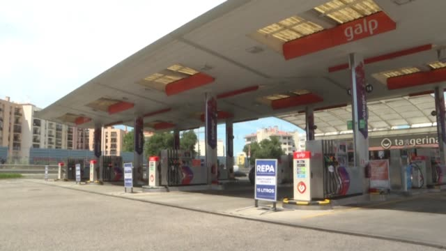 people at a petrol station in lisbon react to a strike by tanker drivers which threatens supplies at the height of summer holidays - stazione di rifornimento video stock e b–roll
