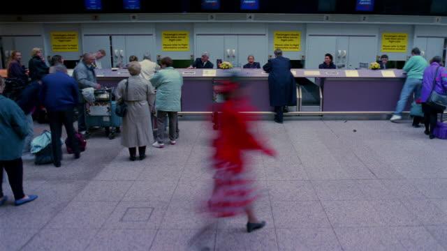 vídeos y material grabado en eventos de stock de t/l, ms, people at airport check-in counter, england - cincuenta segundos o más
