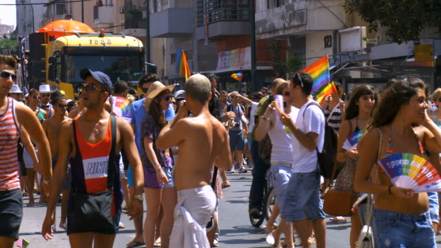 vidéos et rushes de ms people at annual gay parade  / tel aviv, israel - défiler