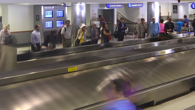 T/L WA People at baggage claim in LAX airport / Los Angeles, CA, USA