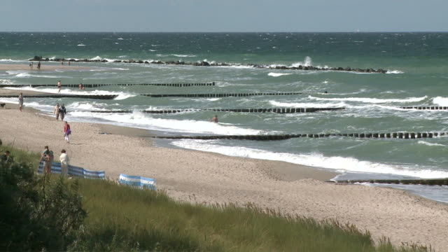 ws people at baltic sea / ahrenshoop, darss-fischland, mecklenburg western pomerania, germany - 突堤点の映像素材/bロール